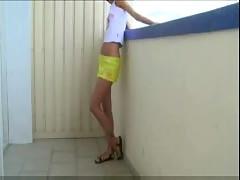 Preciosa pendeja cogiendo en el balcon del hotel